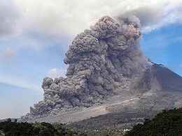 Pyroklastischer Strom am Sinabung Vulkan auf Sumatra